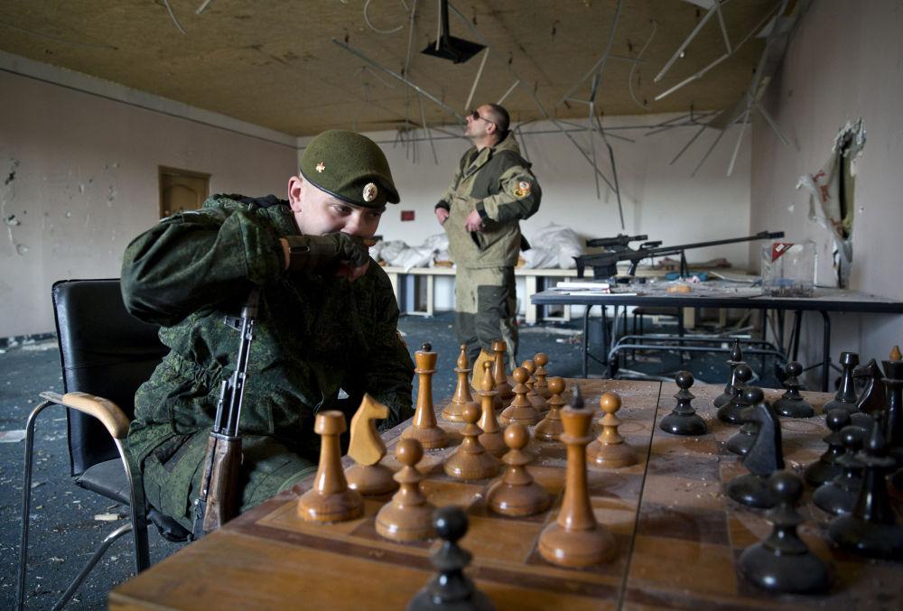 I miliziani giocano a scacchi a Donetsk.
