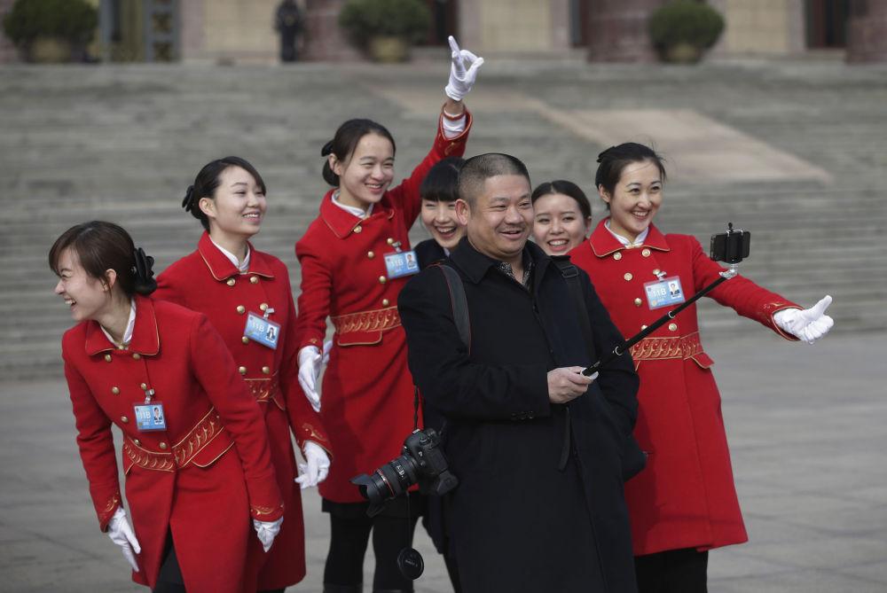 Selfie di gruppo per delle ragazze cinesi con un delegato del Congresso Nazionale.