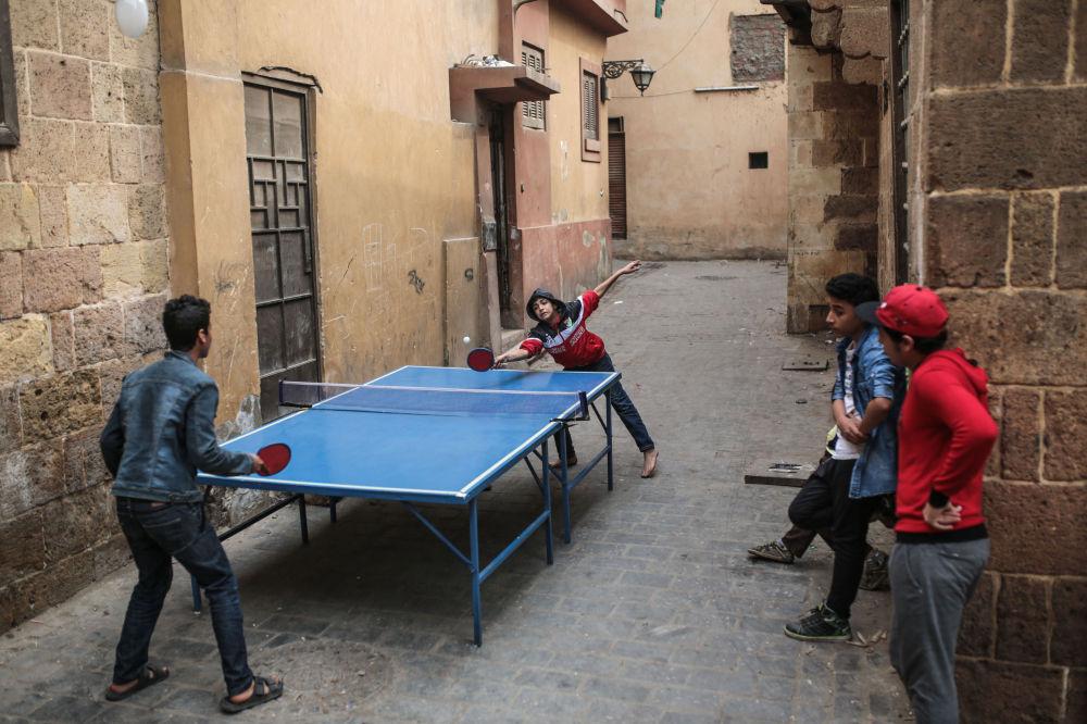 Cairo, ping pong di strada per questi ragazzini egiziani.
