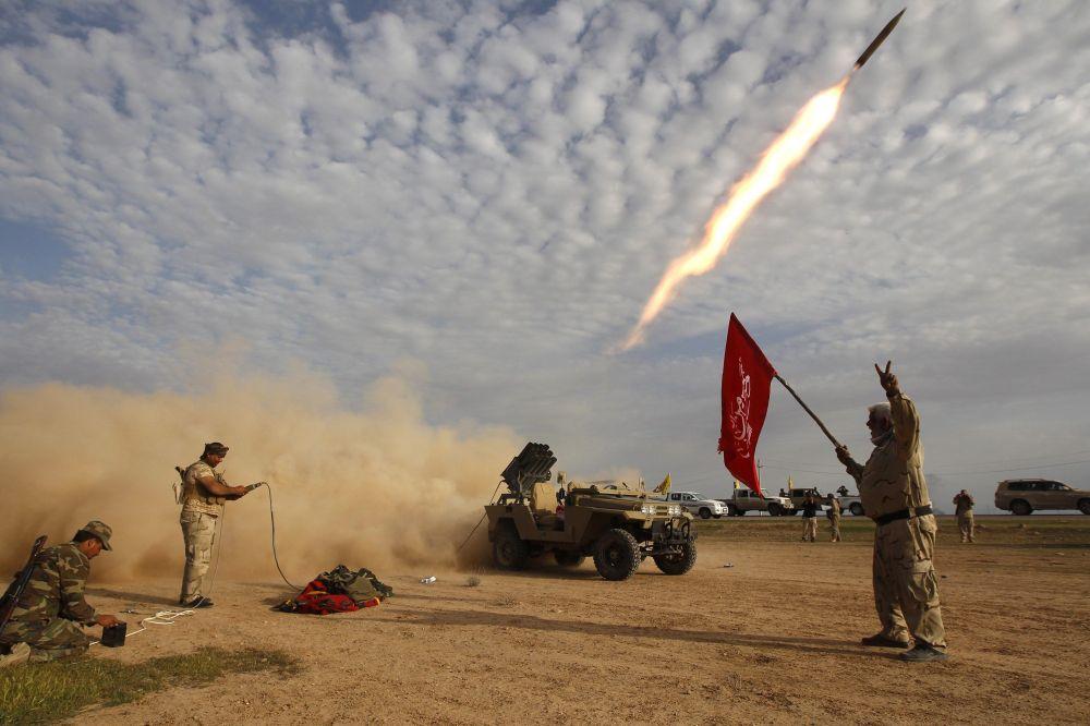 Guerriglieri sciiti lanciano un missile.