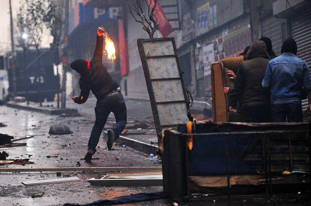 Incidenti a Istanbul, lancio di molotov.