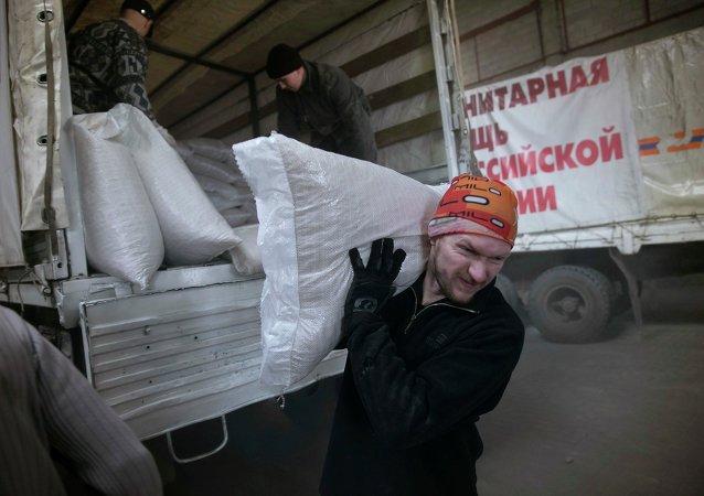 Scarico convoglio umanitario russo per il Donbass
