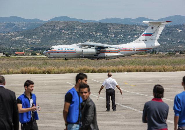 Aereo con aiuti umanitari russi atterra in Siria