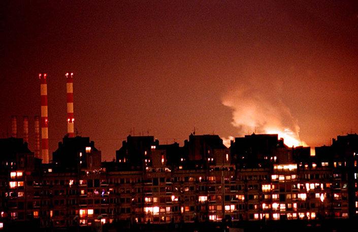 Le fiamme ed esplosioni dopo l`attacco dei missili della NATO a Belgrado nel 1999