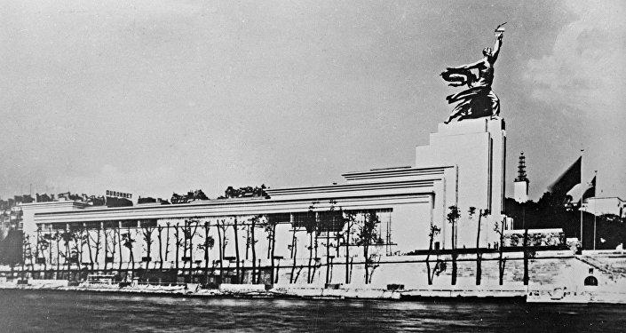 Il padiglione dell'URSS all'esposizione universale di Parigi del 1937.