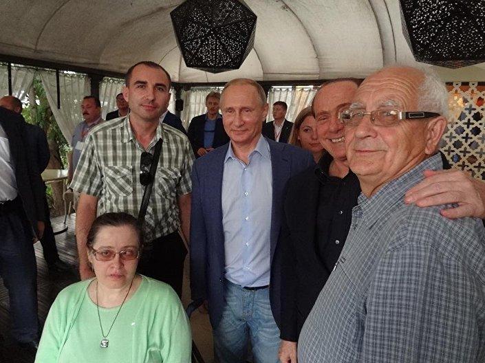 Il presidente Putin con Igor Fedorov e Silvio Berlusconi, insiema al deportato Natale De Martino.