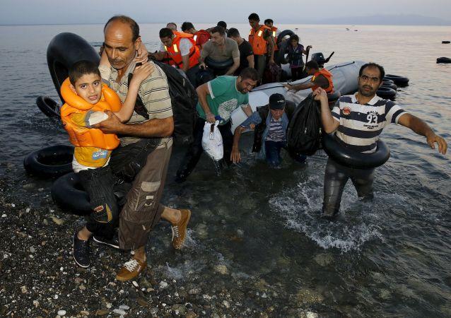 I rifugiati siriani sono arrivati alla costa greca dopo passaggio attraverso mar Egeo dalla Turchia.