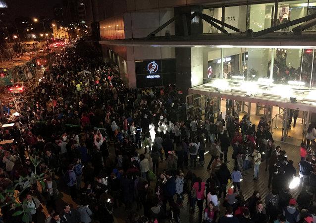 Evacuazine in un centro commerciale a Santiago dopo un terremoto devastante