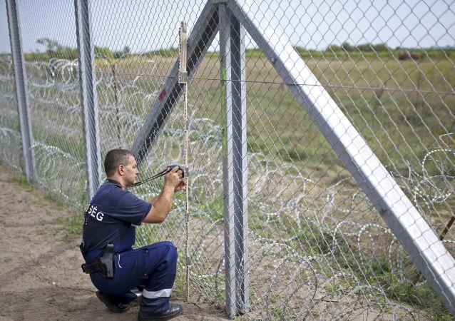 Un poliziotto al confine serbo-ungherese