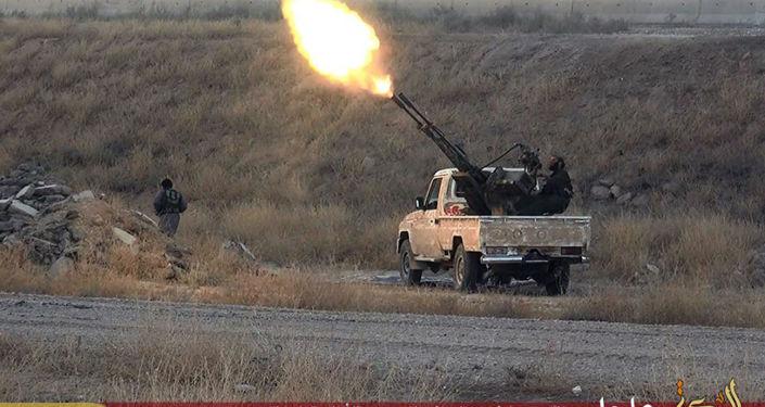 Combattente ISIS spara contro un'aereo militare siriano (foto d'archivio)