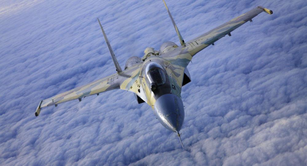 Caccia Su-35 in volo (foto d'archivio)