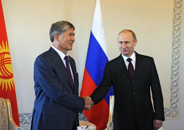 Il presidente del Kirghizistan Atambayev con Vladimir Putin (foto d'archivio)