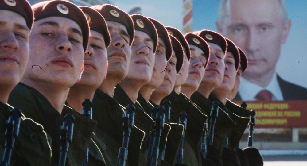 militari si preparano alla parata