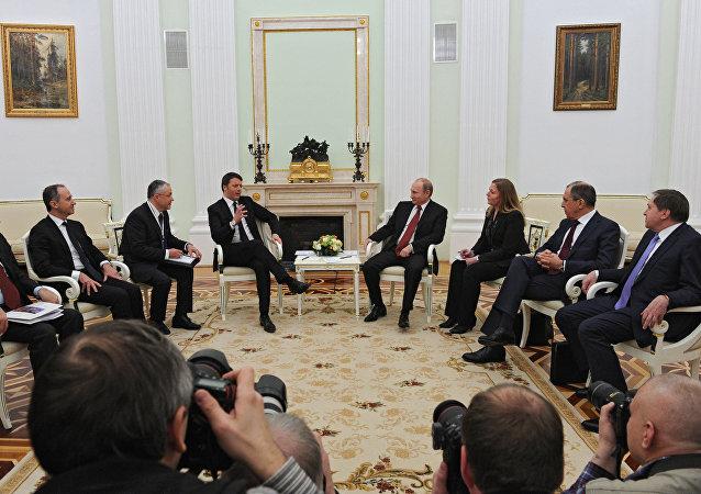 Il presidente russo Vladimir Putin e il primo ministro italiano Matteo Renzi al Cremlino