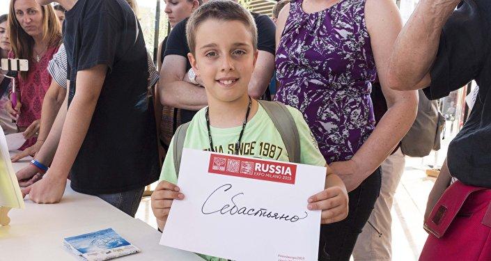 Ai visitatori più piccoli del padiglione russo piace molto vedere scritto il loro nome in russo