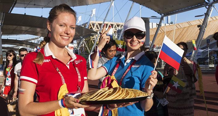 Due ragazze russe alla food parade di EXPO