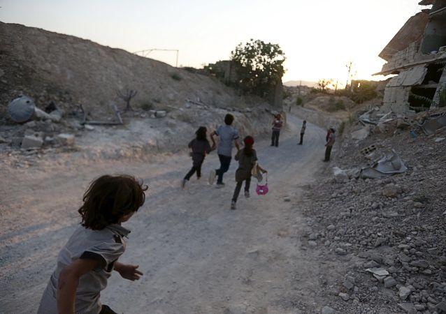 I bambini in una città occupata dai combattenti vicino a Damasco