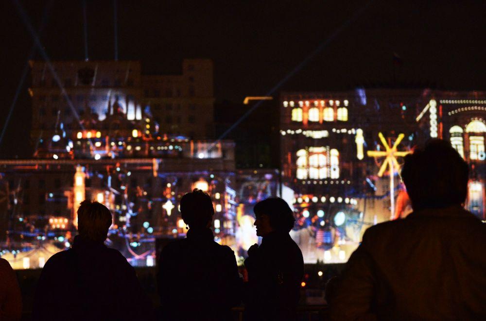 Gli spettatori alla cerimonia dell'apertura del Festival internazionale di Mosca Cerchio di luce.