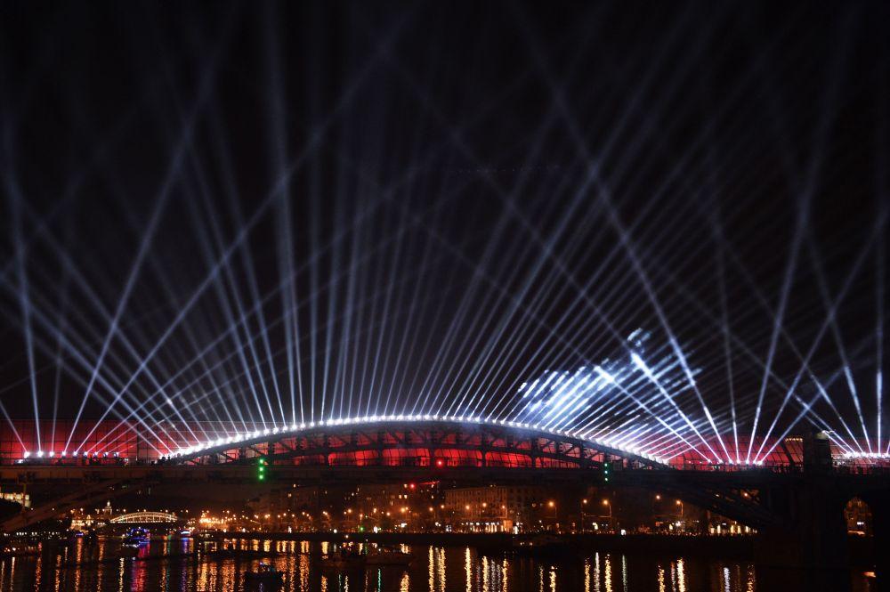 Alla cerimonia dell'apertura del Festival internazionale di Mosca Cerchio di luce.