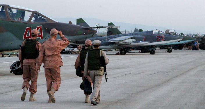 Il personale tecnico nella base aerea Hmeimim in Siria dove si trovano gli aerei russi.