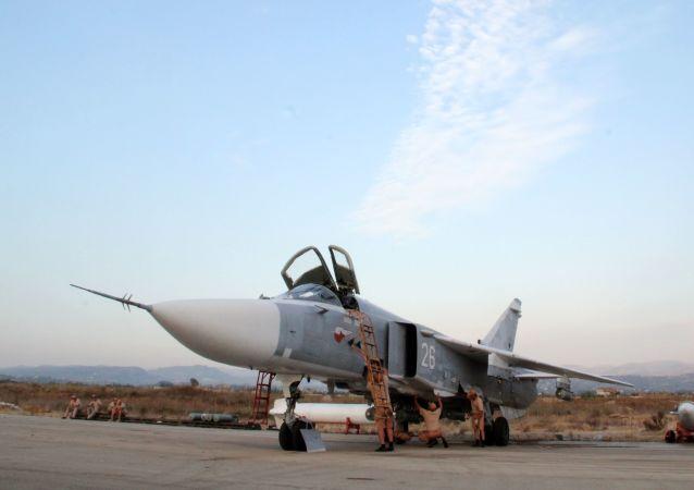 Il personale tecnico alla manutenzione dell'aereo russo Su-24 nell'aeroporto Hmeimim in Siria.