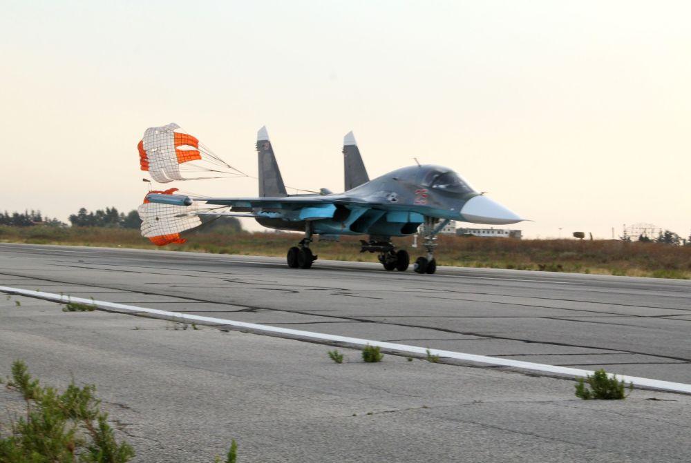 L'aereo russo Su-24 nella base aerea vicino a Latakia, Siria.