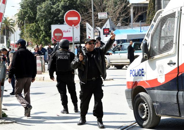 Polizia tunisina di fronte museo Bardo