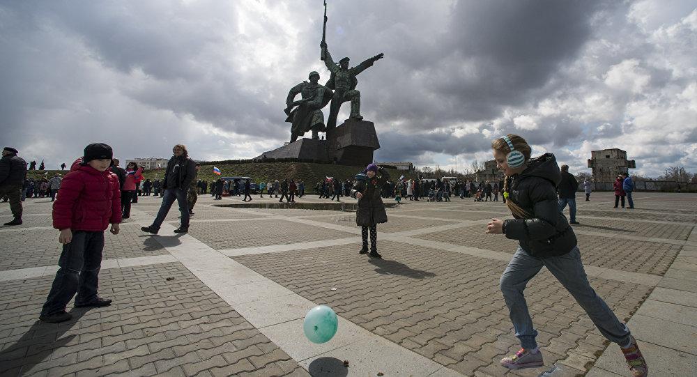 Bambini giocano a Sebastopoli nell'anniversario dell'adesione alla Russia