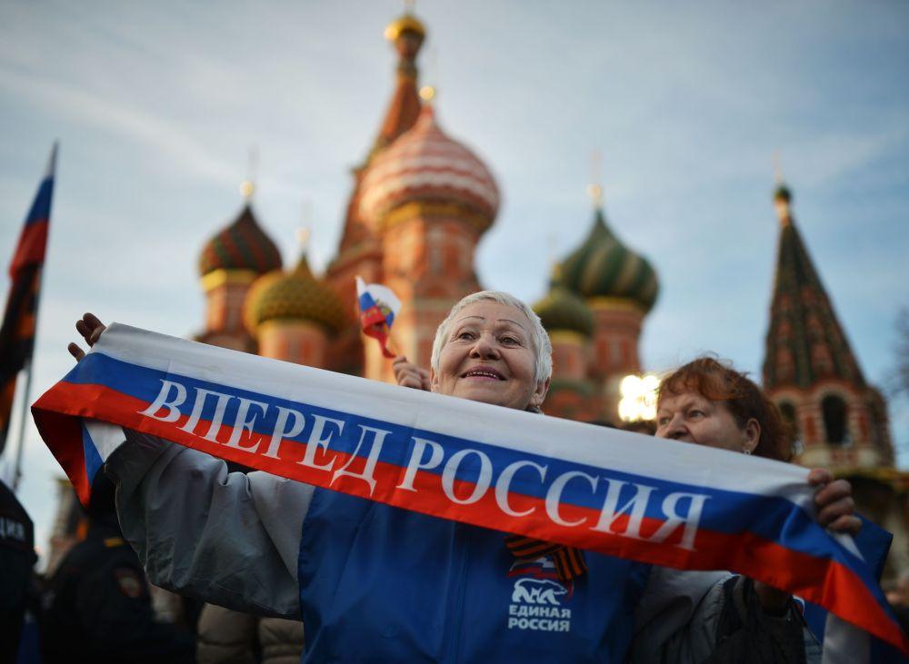 Avanti Russia si legge sulla sciarpa di questa donna.