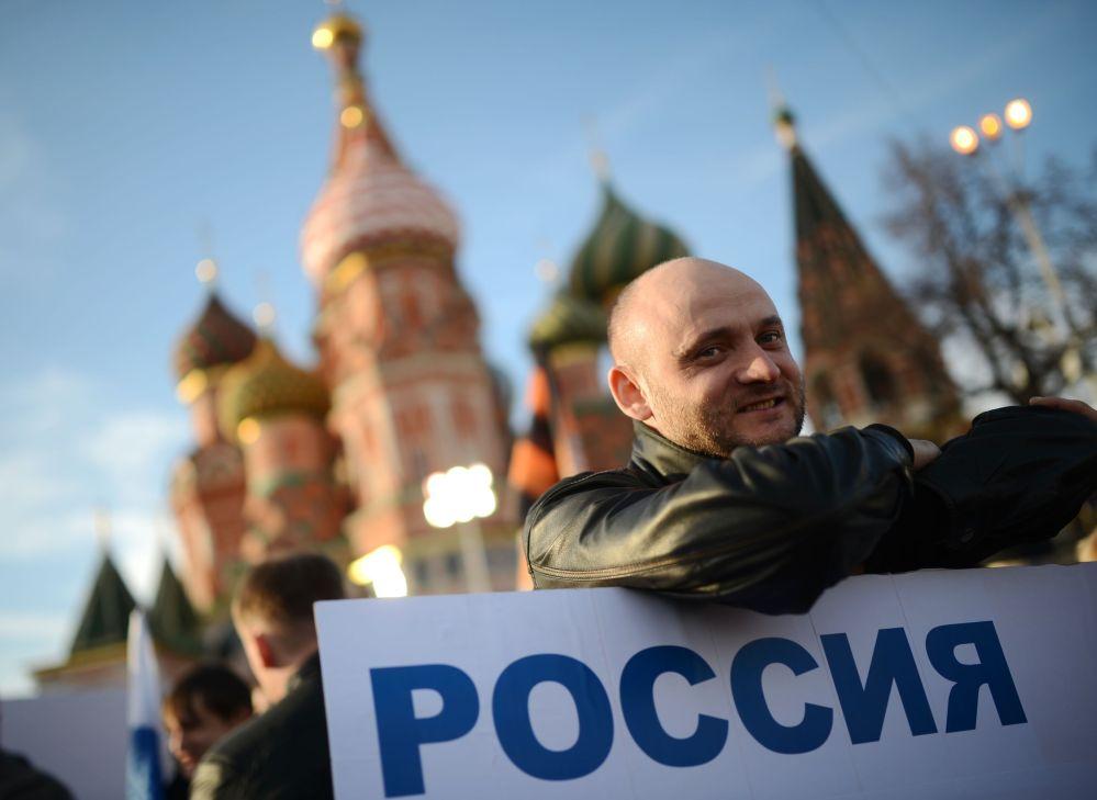 Un partecipante al concerto-comizio dedicato al primo anniversario dell'adesione della Crimea alla Russia.
