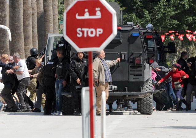 Evacuazione dei turisti dal museo del Bardo di Tunisi