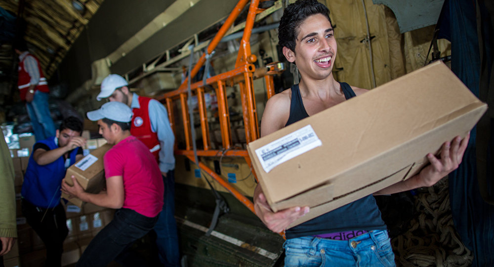 Ragazzi siriani ricevono gli aiuti da un cargo russo