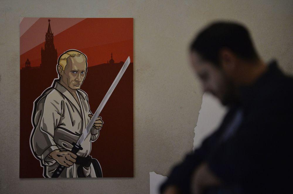 Il ritratto del presidente russo Vladimir Putin con il volto dello scrittore nipponico Yukio Mishima alla mostra Universo di Putin a Mosca.