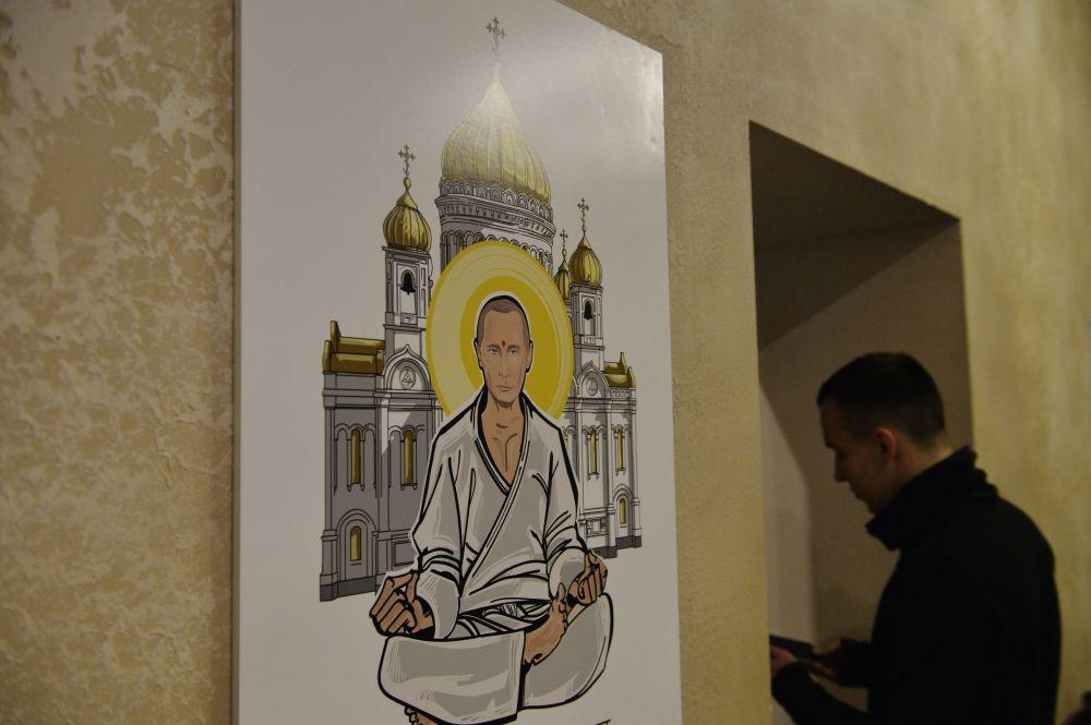 Il ritratto del presidente russo Vladimir Putin con il volto di Buddha alla mostra Universo di Putin a Mosca.
