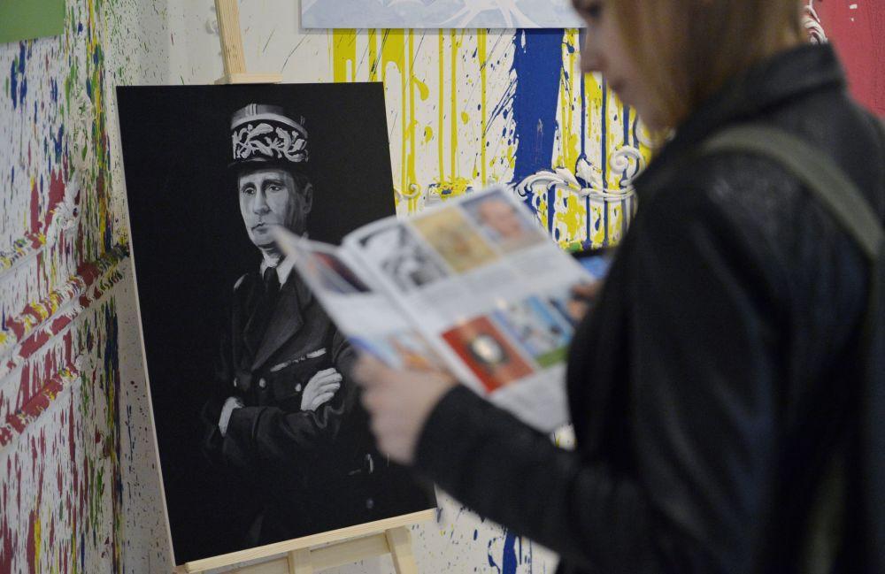 Il ritratto del presidente russo Vladimir Putin con il volto di Charles de Gaulle alla mostra Universo di Putin a Mosca.