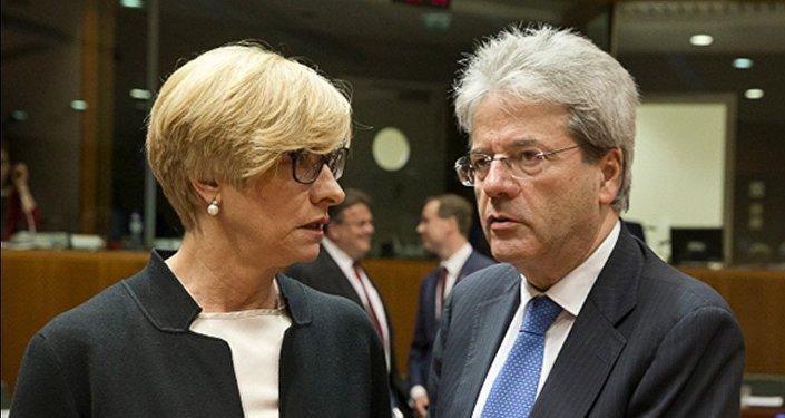 Il Ministro Pinotti con il Ministro degli Esteri Paolo Gentiloni