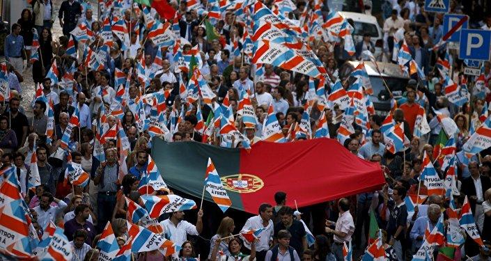 Supporters del primo ministro portoghese Pedro Passos Coelho