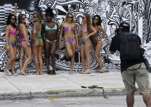 Le ragazze in costumi da bagno durante una sessione fotografica.