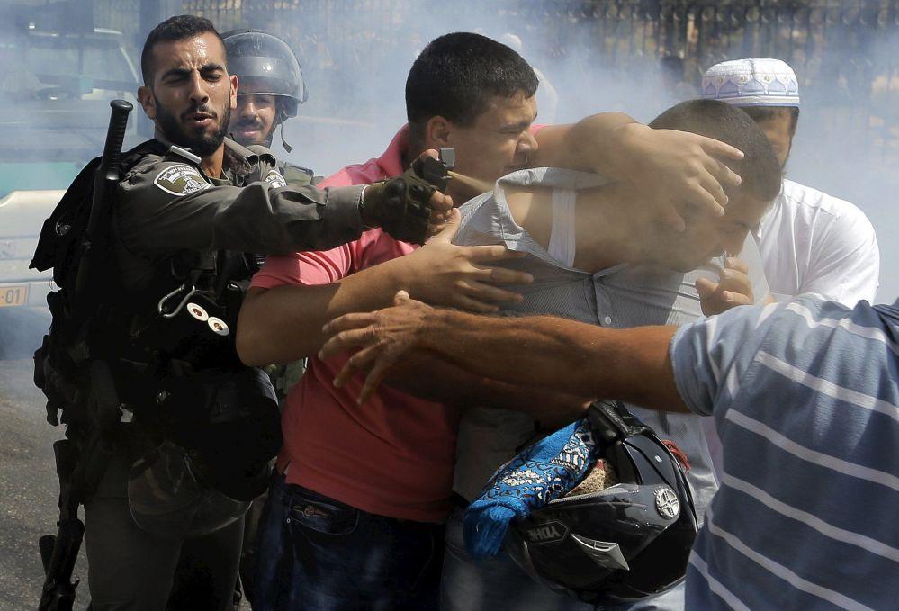 La guardia di frontiera arresta un protestante in un quartiere arabo a Gerusalemme.
