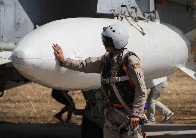 Il pilota russo presso il suo aereo in Siria
