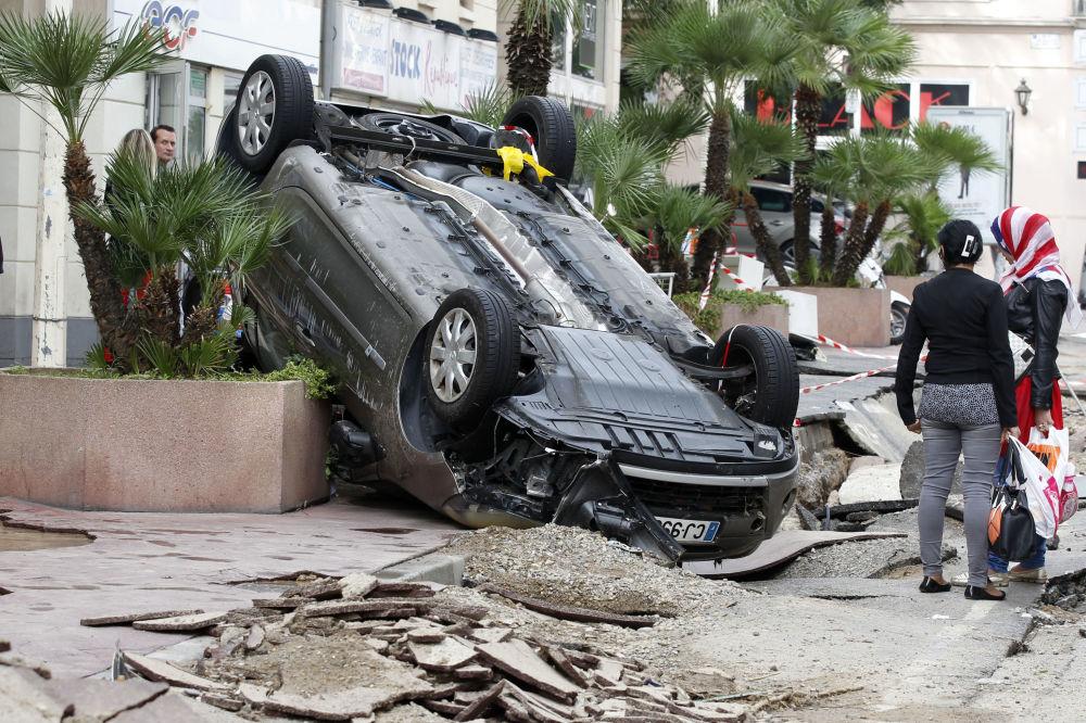 Una macchina travolta dopo l'alluvione a Cannes nel sud della Francia.