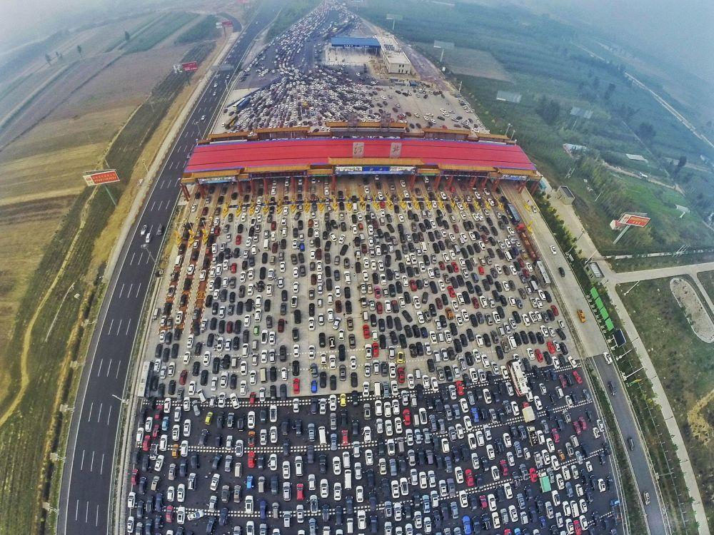 Un grande congestionamento all'entrata a Pechino dopo la fine della settimana festiva dedicata al Giorno Nazionale in Cina.