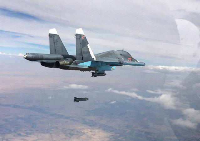 Caccia russo SU-34 in volo