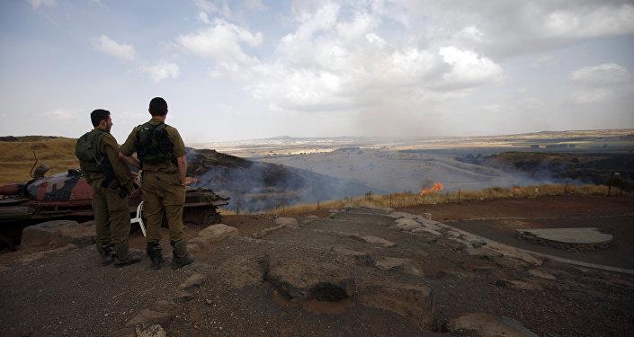 I soldati israeliani vicino alle alture di Golan