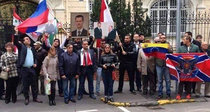 Una manifestazione per esprimere solidarietà alla Russia e al suo intervento in Siria