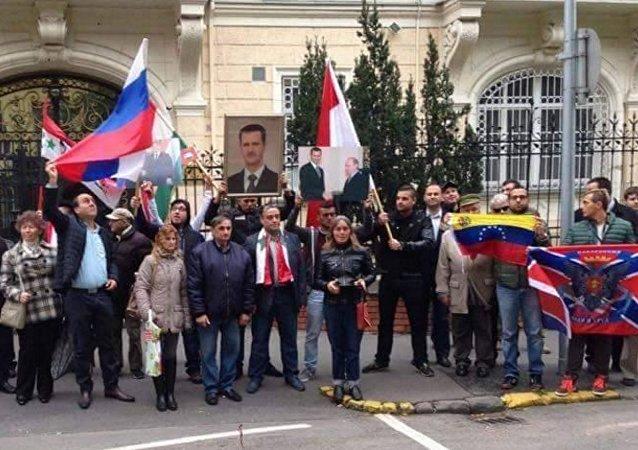 Una manifestazione per esprimere solidarietà alla Russia e al suo intervento in Siria.