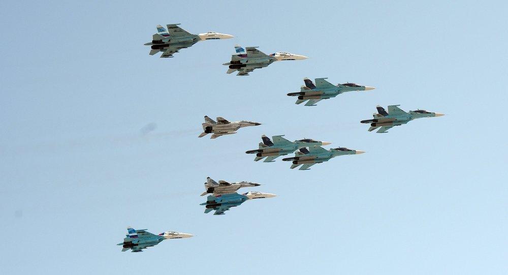 Una squadriglia aerea russa composta da SU-34, SU-27 e MiG 29