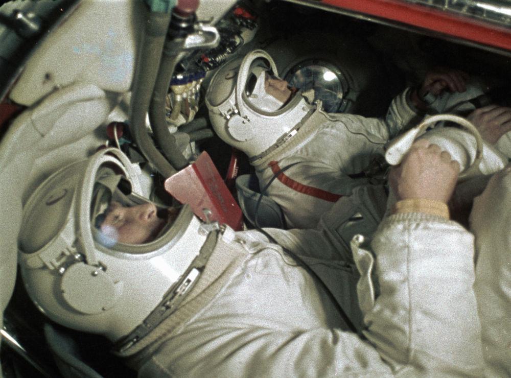 I cosmonauti Aleksey Leonov e Pavel Belyaev nella navicella spaziale Voskhod 2.