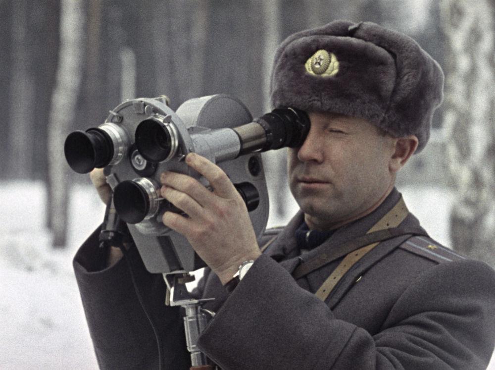 Il cosmonauta Aleksey Leonov durante delle riprese cinematografiche.