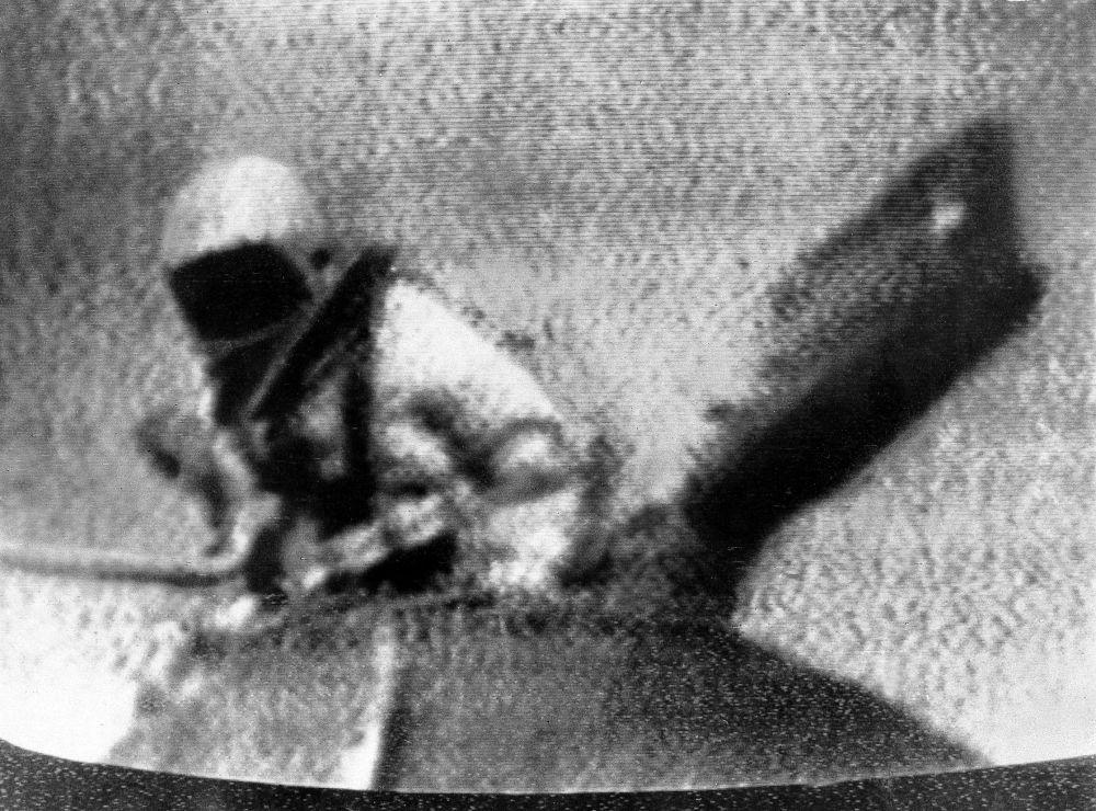 Il cosmonauta Aleksey Leonov esce nello spazio aperto dall'abitacolo della navicella Voskhod 2.